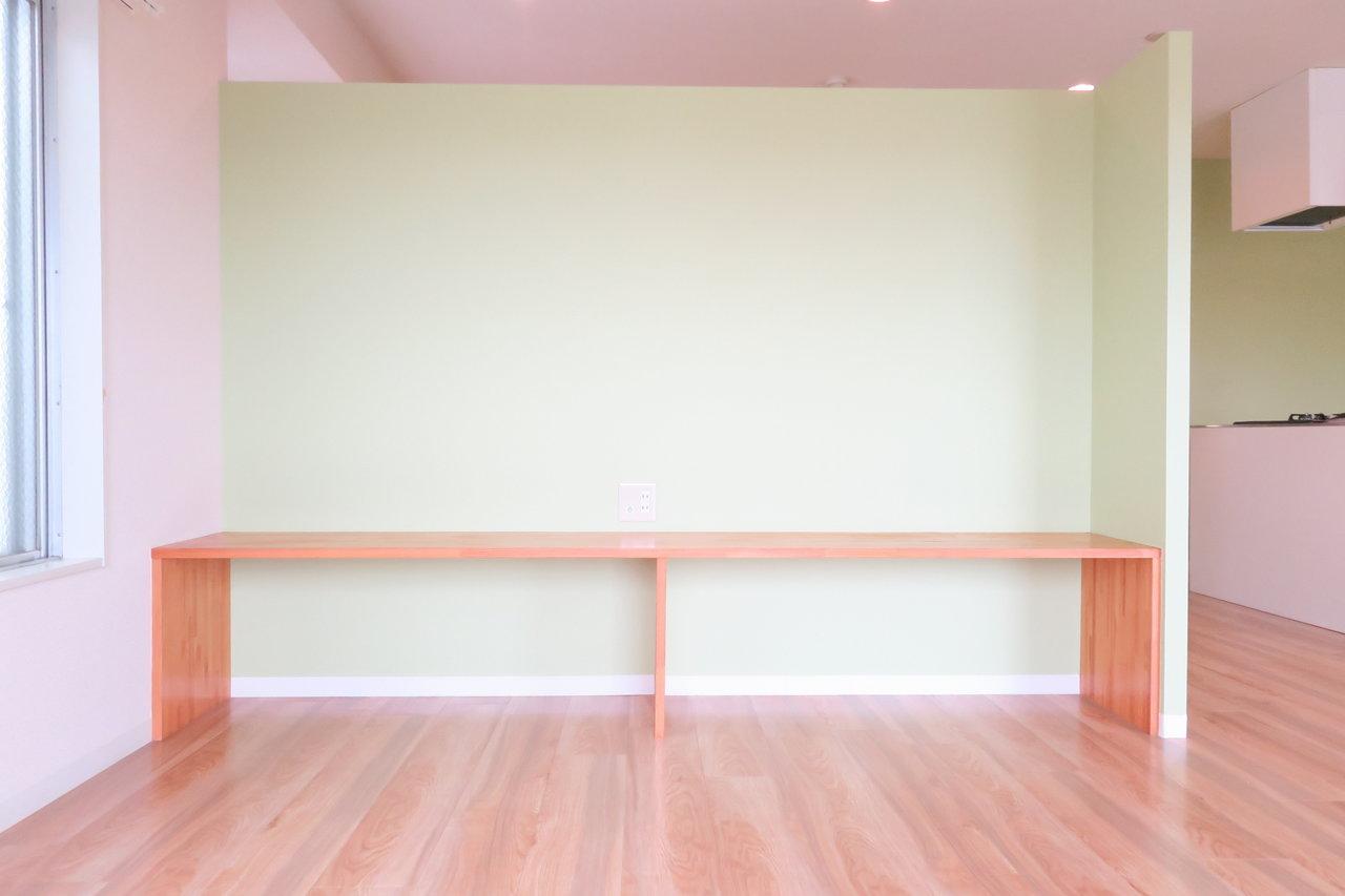 そして、こちらには窓を眺めるベンチが。ダイニングテーブルをこちらに持ってきて、ここも椅子として使ってしまえば、いつでも外を眺めながら食事ができそう。