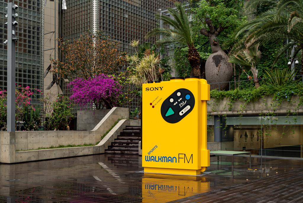 Big Walkman: 高さ約2.5メートルの巨大なウォークマンのオブジェを地上フロアに登場。ポップなデザインで夏にぴったりな、スポーツモデルの初号機「WM-F5」が、来園をお出迎えします。