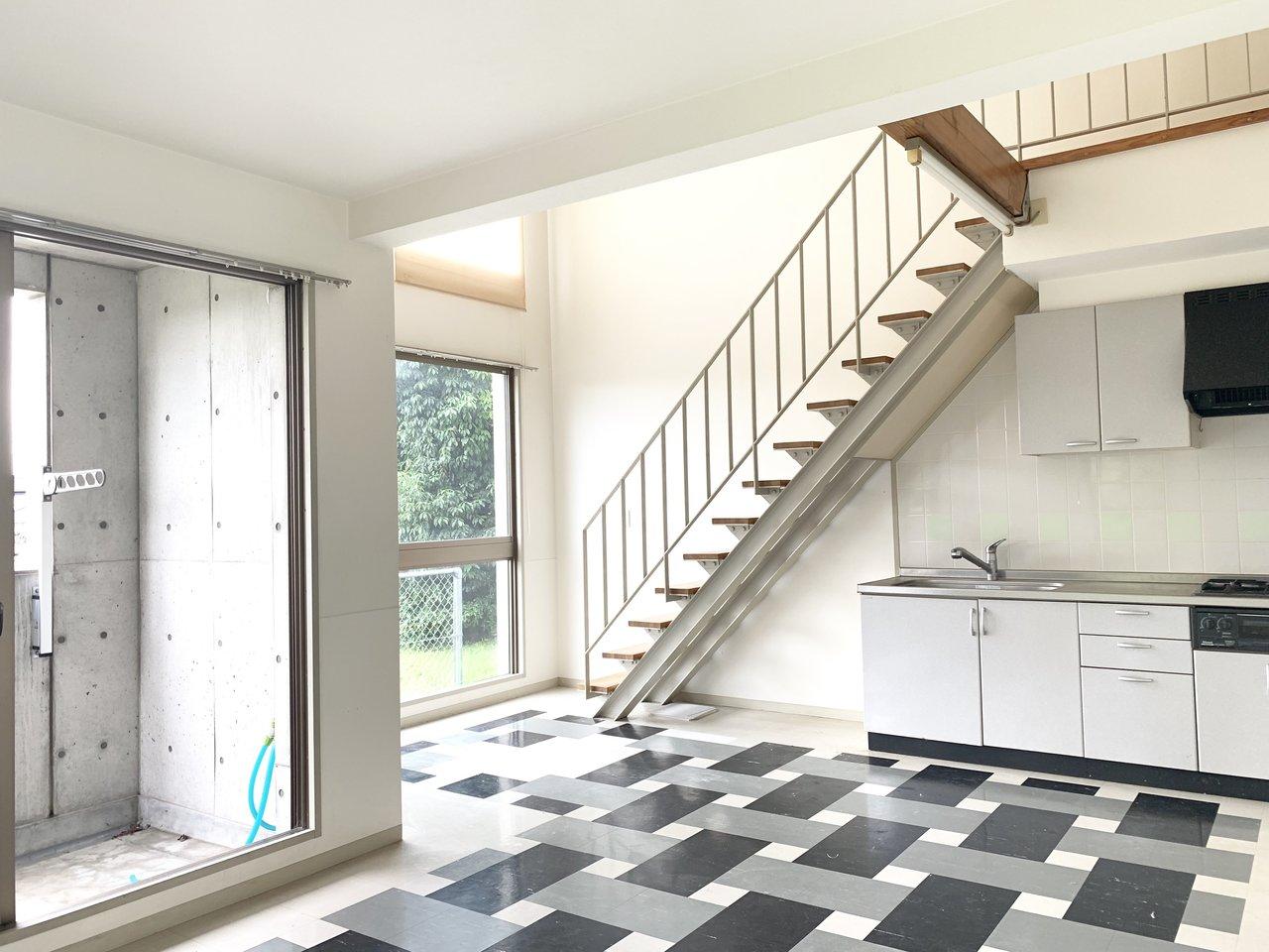 吹き抜けの広いリビングの床は、モダンインテリアが似合いそうな個性的なデザイン!