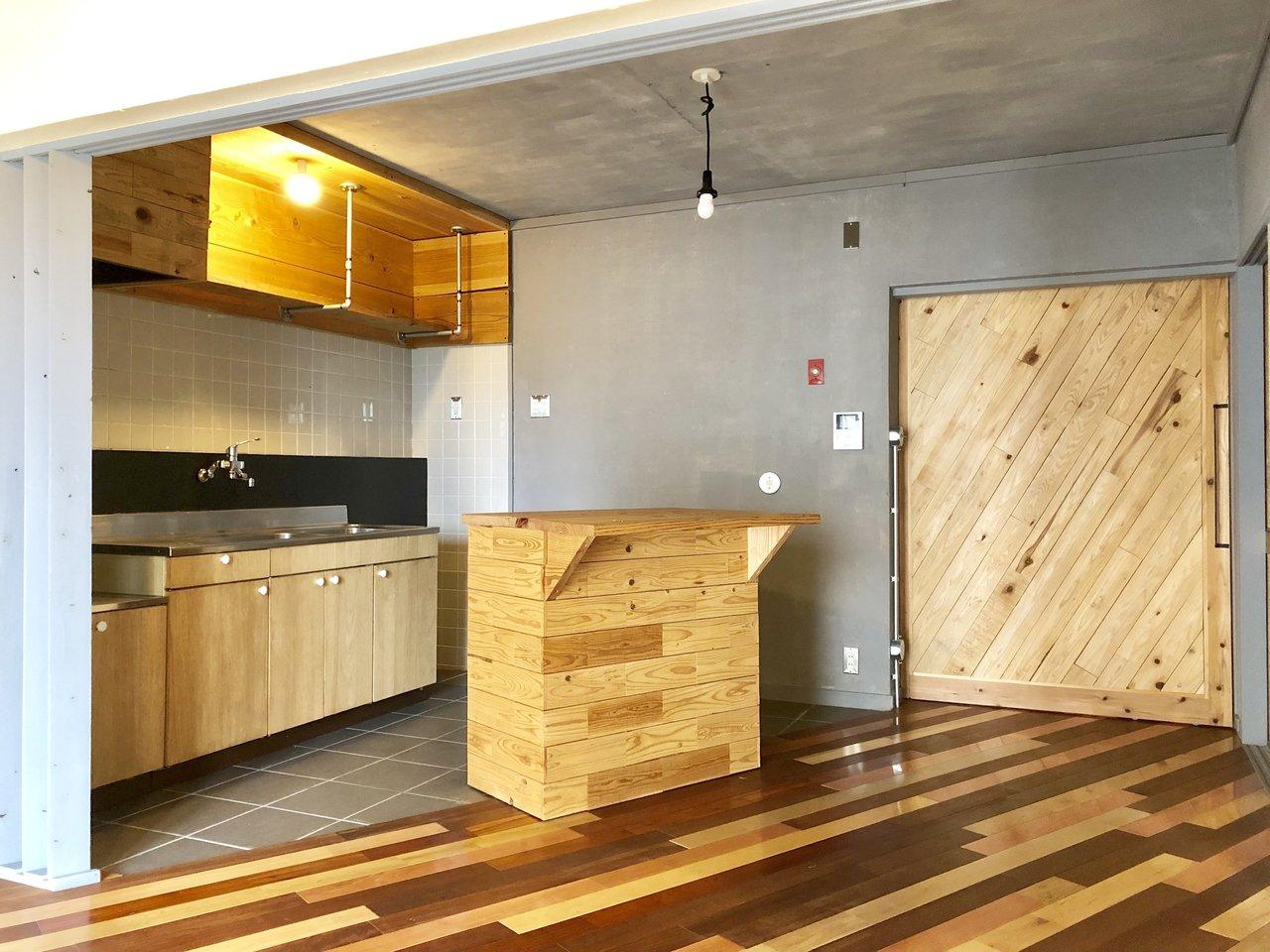 大胆にナナメに配置されたキッチンカウンター!それに合わせて床もナナメ。よく見ると、ドアもナナメです。洒落てる。