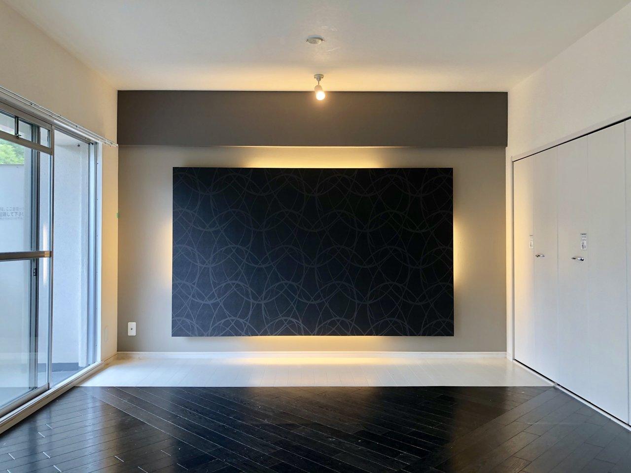 黒と白のモノトーンコーディネートに仕上げたい方におすすめ、ありそうでなかなかない「真っ黒」なフローリングのお部屋です