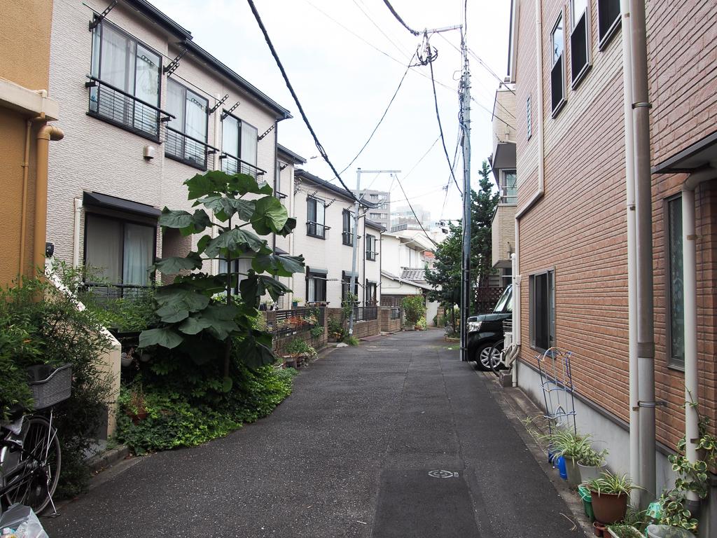 商店街の路地を入れば、賃貸アパートが多くありました。