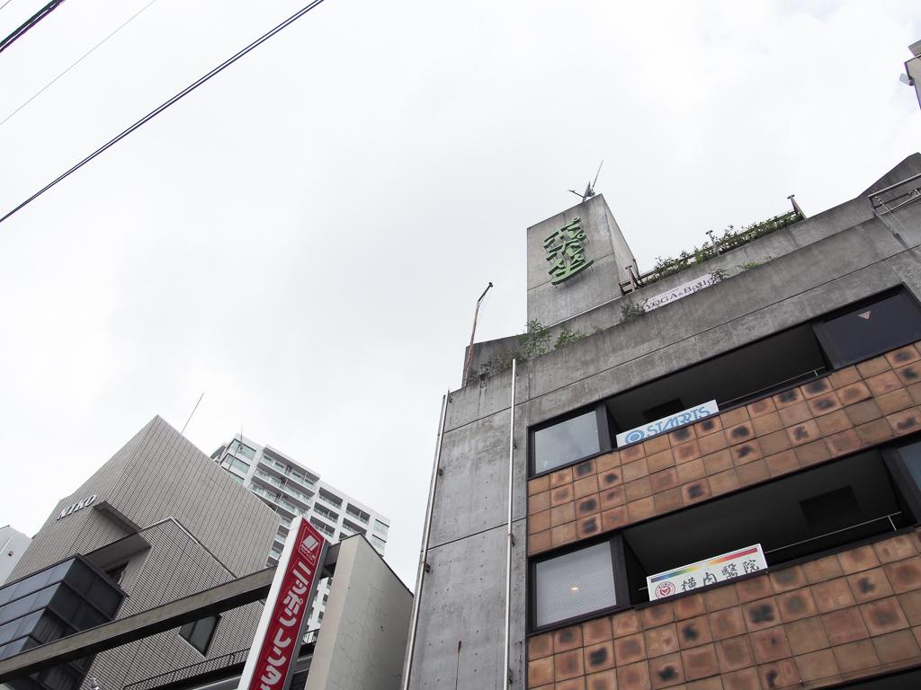 このビルの地下に映画館はあります。