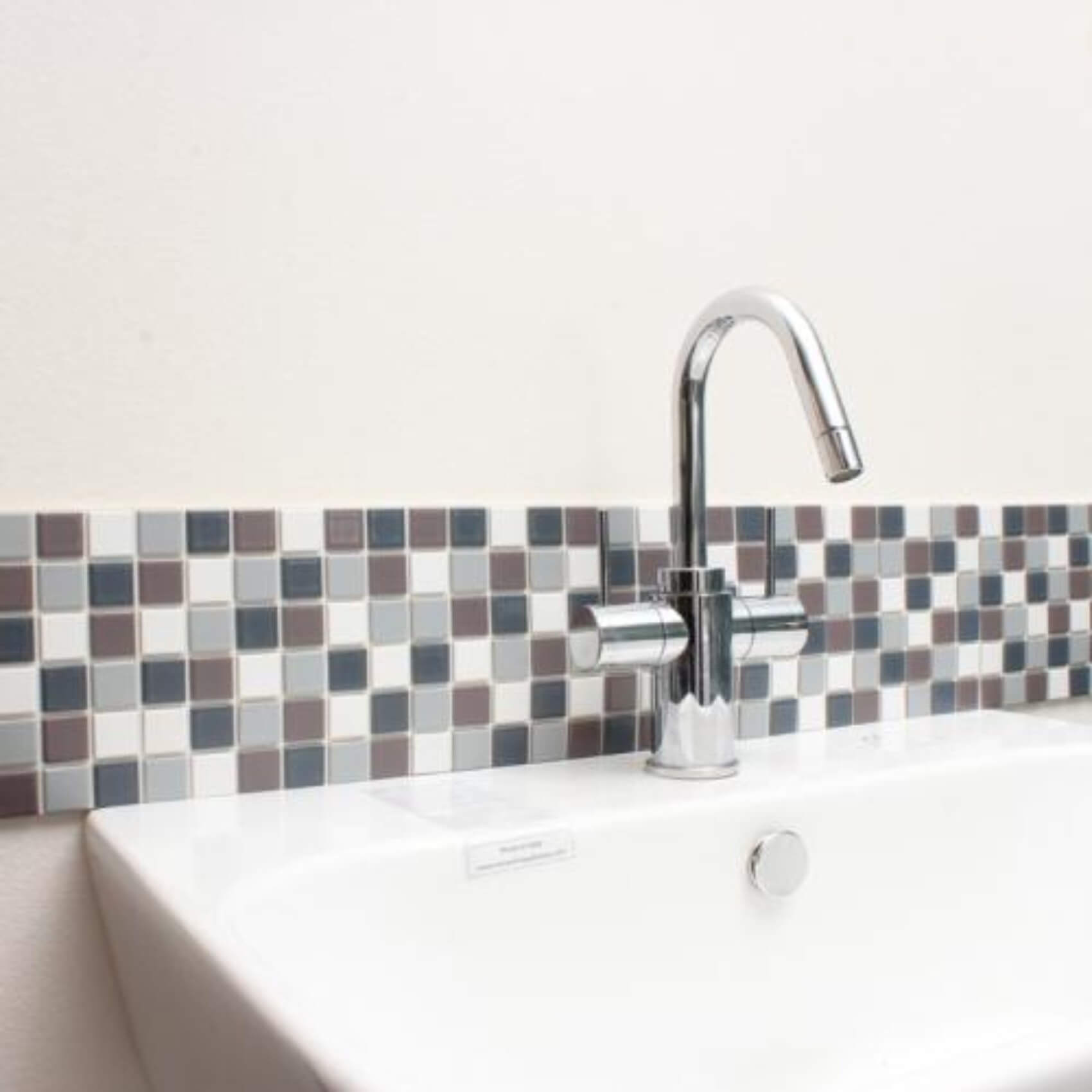 15cm×15cmのシートを6枚貼るだけで、洗面所が一気に華やかに。