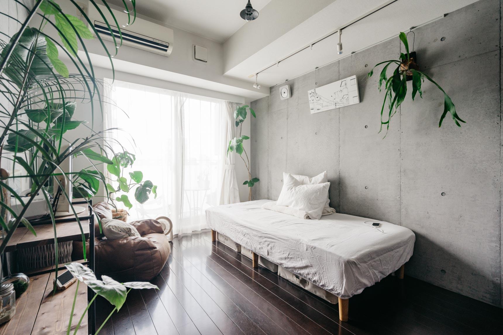 ダークなフローリングに、打ちっ放しの壁がかっこいい、THEデザイナーズのお部屋。