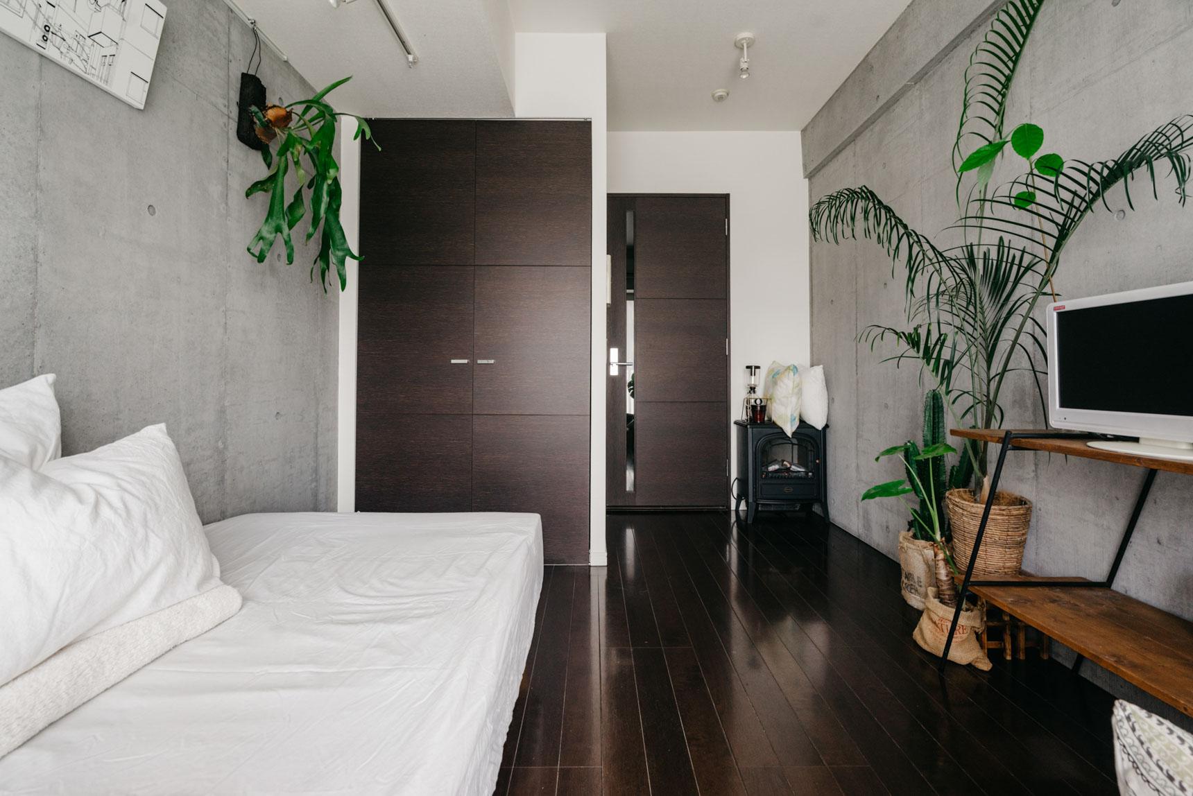 生活感を感じるアイテムは、収納の中へ。潔いまでにシンプルなお部屋。
