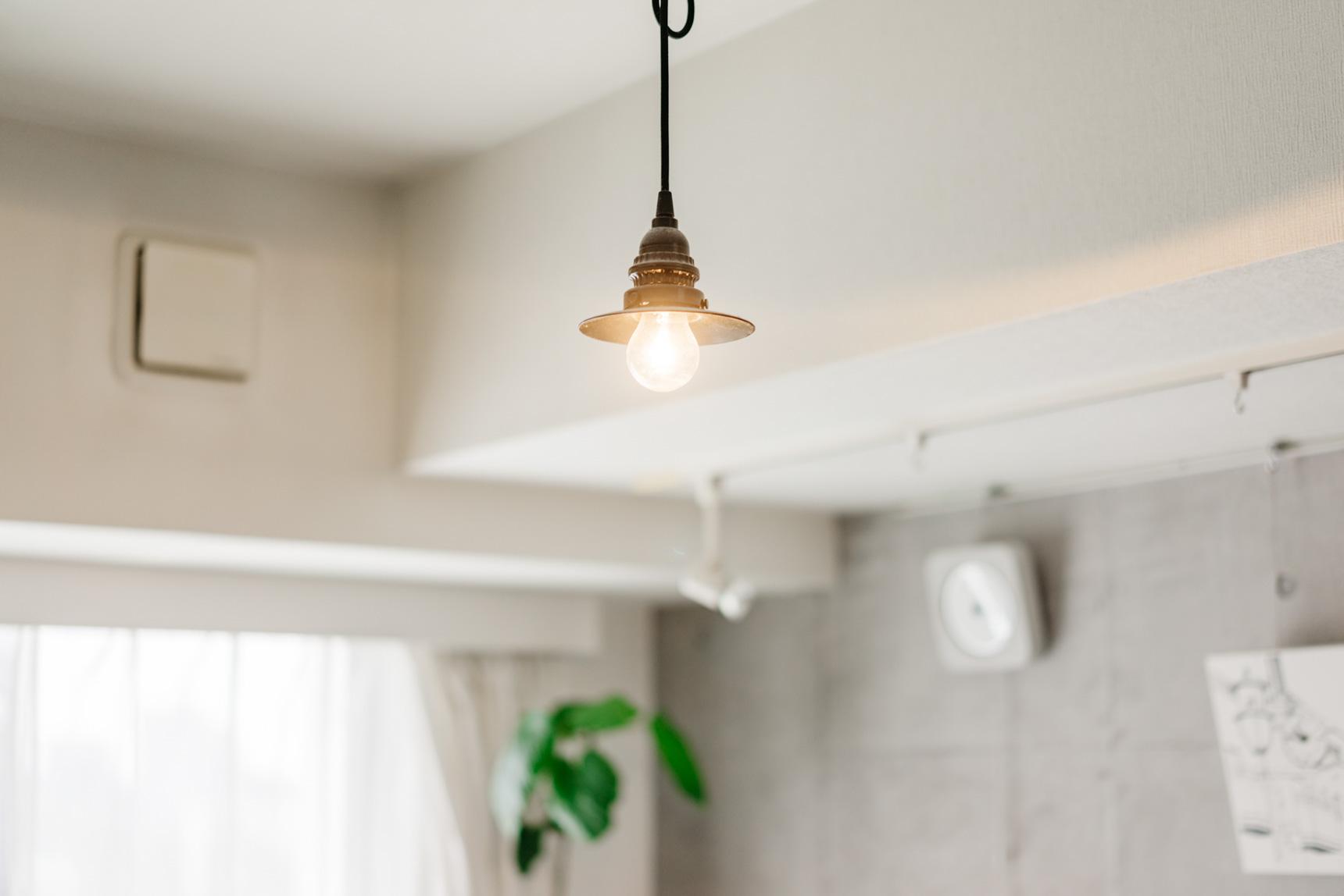 照明も、このお部屋に合わせてシンプルでかっこいいデザインのものを。