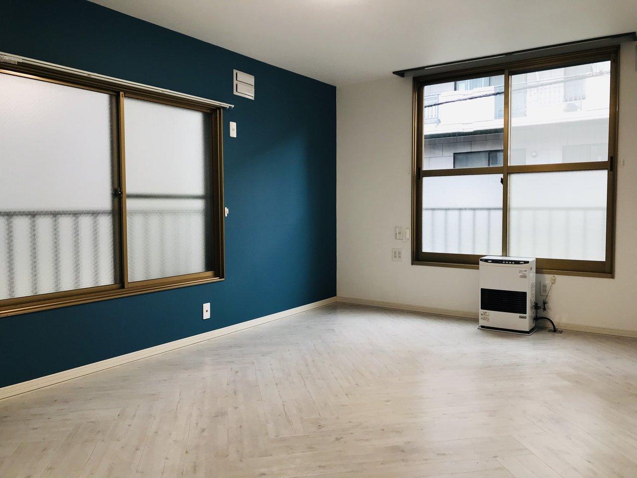 リビングの広さは約10畳。インテリアのレイアウトもあれこれ考えずに済みそうな、余裕のある大きさです。床のくすんだグレーに色と壁紙、合いますね。