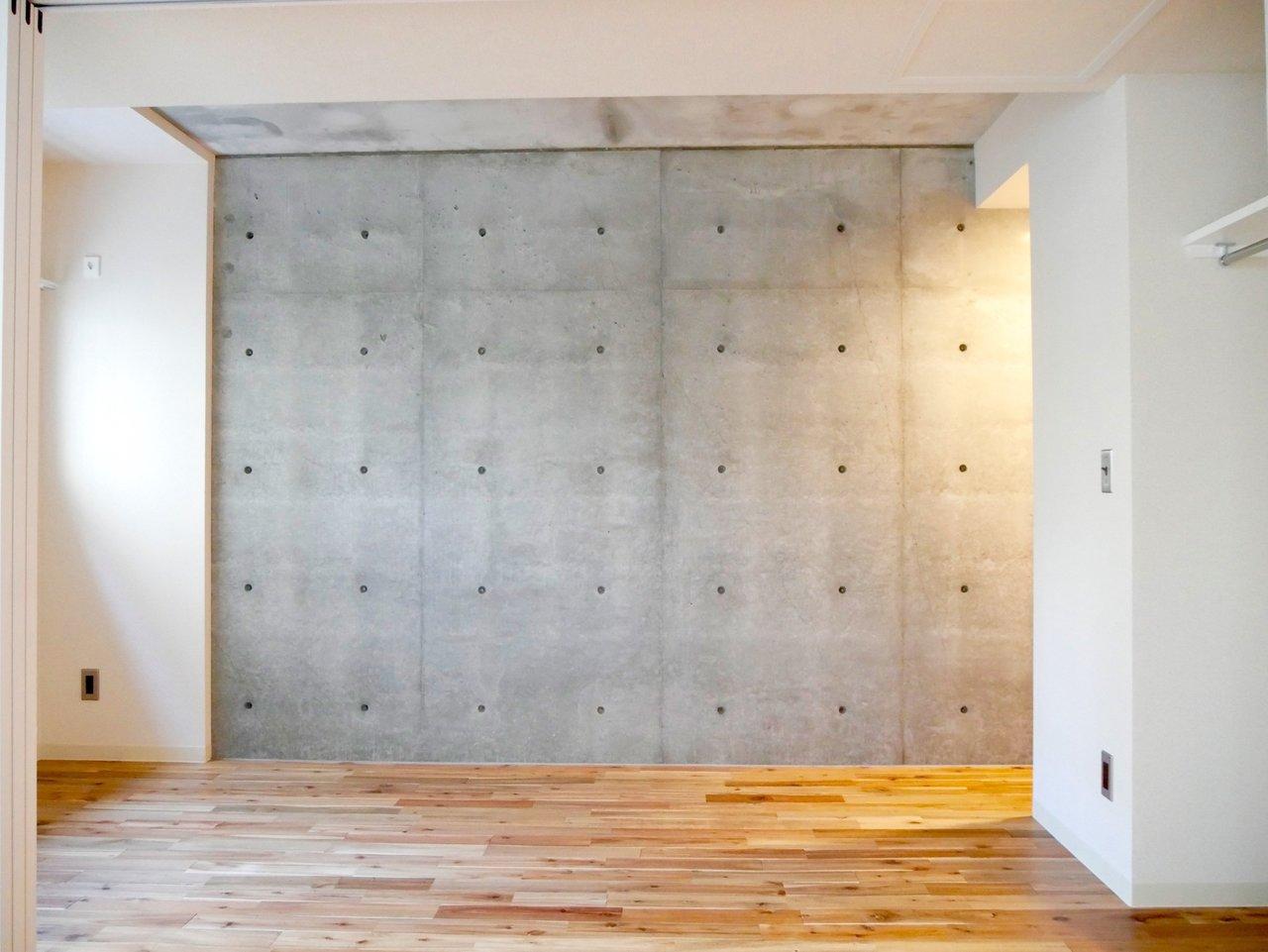 もうひとつ、いい感じのアクセントになっているのが、このコンクリート打ちっぱなしの壁。無垢床のあたたかさもありながら、こうしたスタイリッシュな一面も。おしゃれさんにはたまりません。