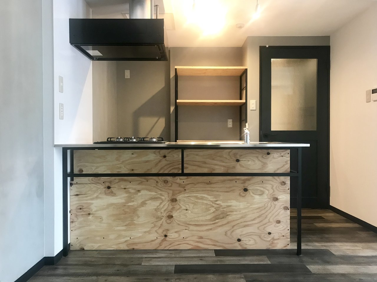 中でも気になるのはこのキッチンのデザイン。こちらは本物の木を使用しています。洗練されたデザインでありながら、3口コンロがついていて収納スペースも十分。機能的でもあるのがいいですね。