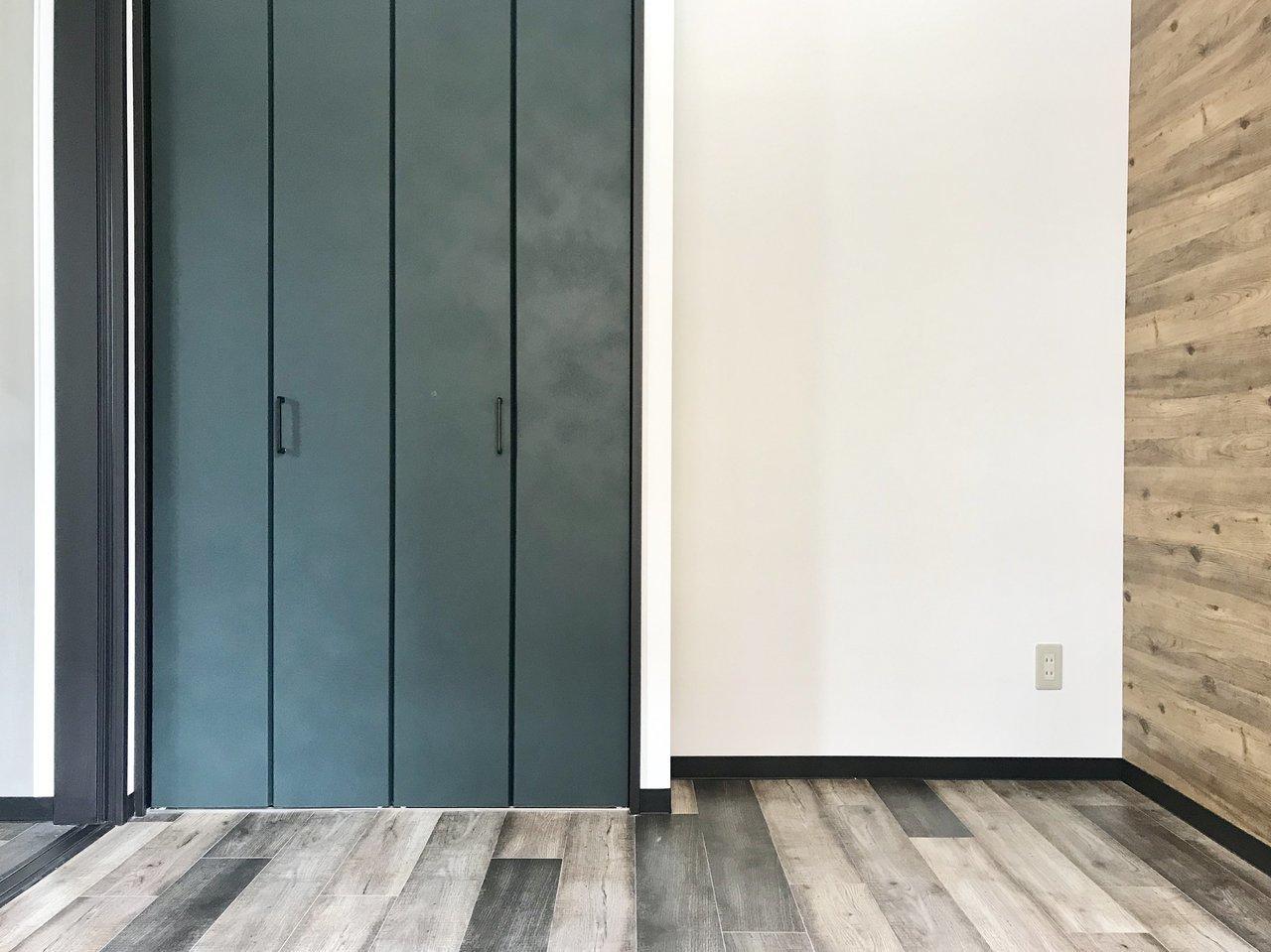 他にも、扉などにこだわりのデザインが。全体的に大人っぽい印象になるよう、深い、濃い色合いの建具でそろえられています。ああ、すぐにでもおしゃれな暮らしができそう。妄想が広がります。
