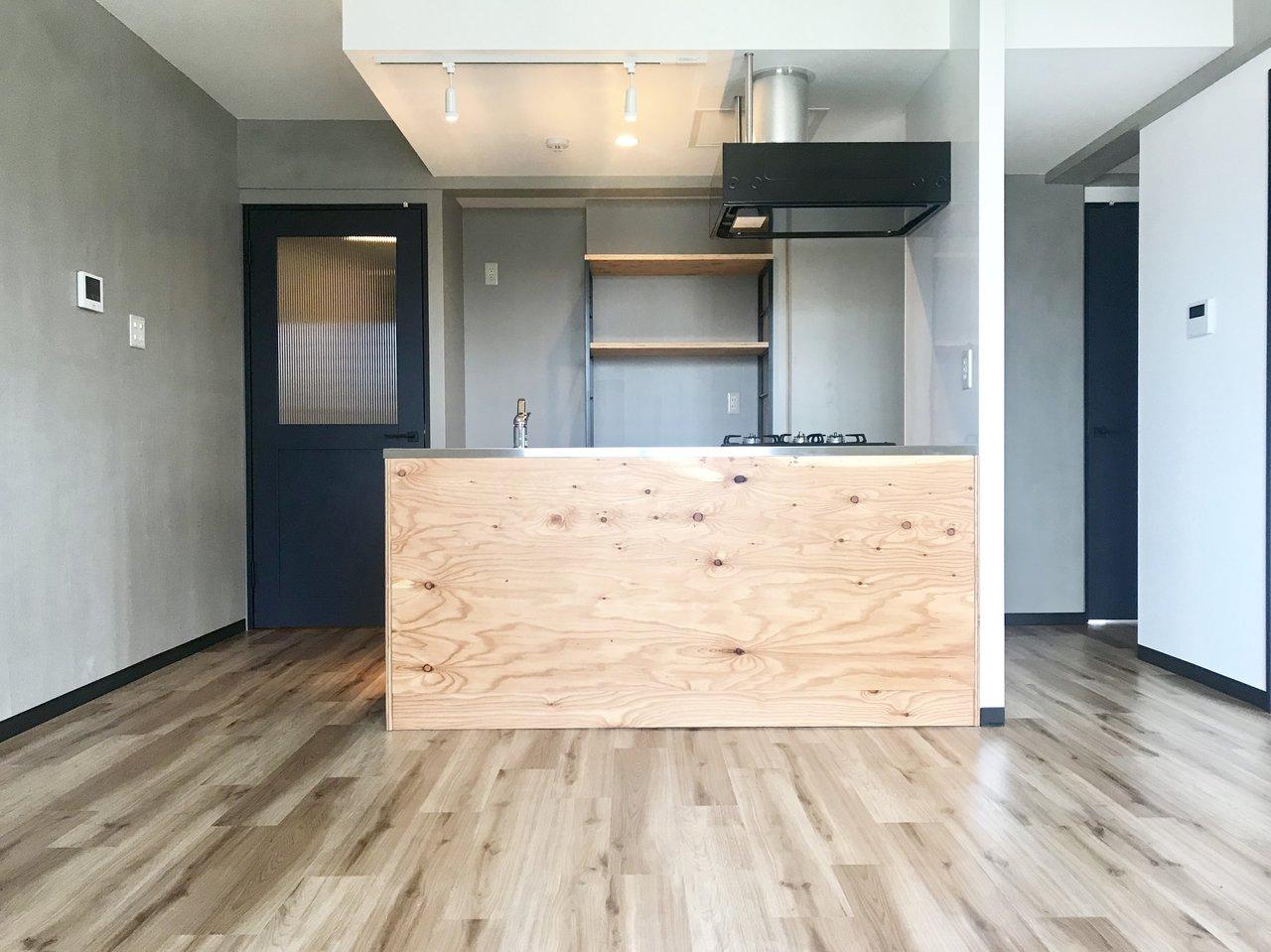 さて、先ほどのお部屋と同様に幌平橋駅が最寄のこちらのお部屋。新築で同じくキッチンに木材が使用された、おしゃれ物件です。