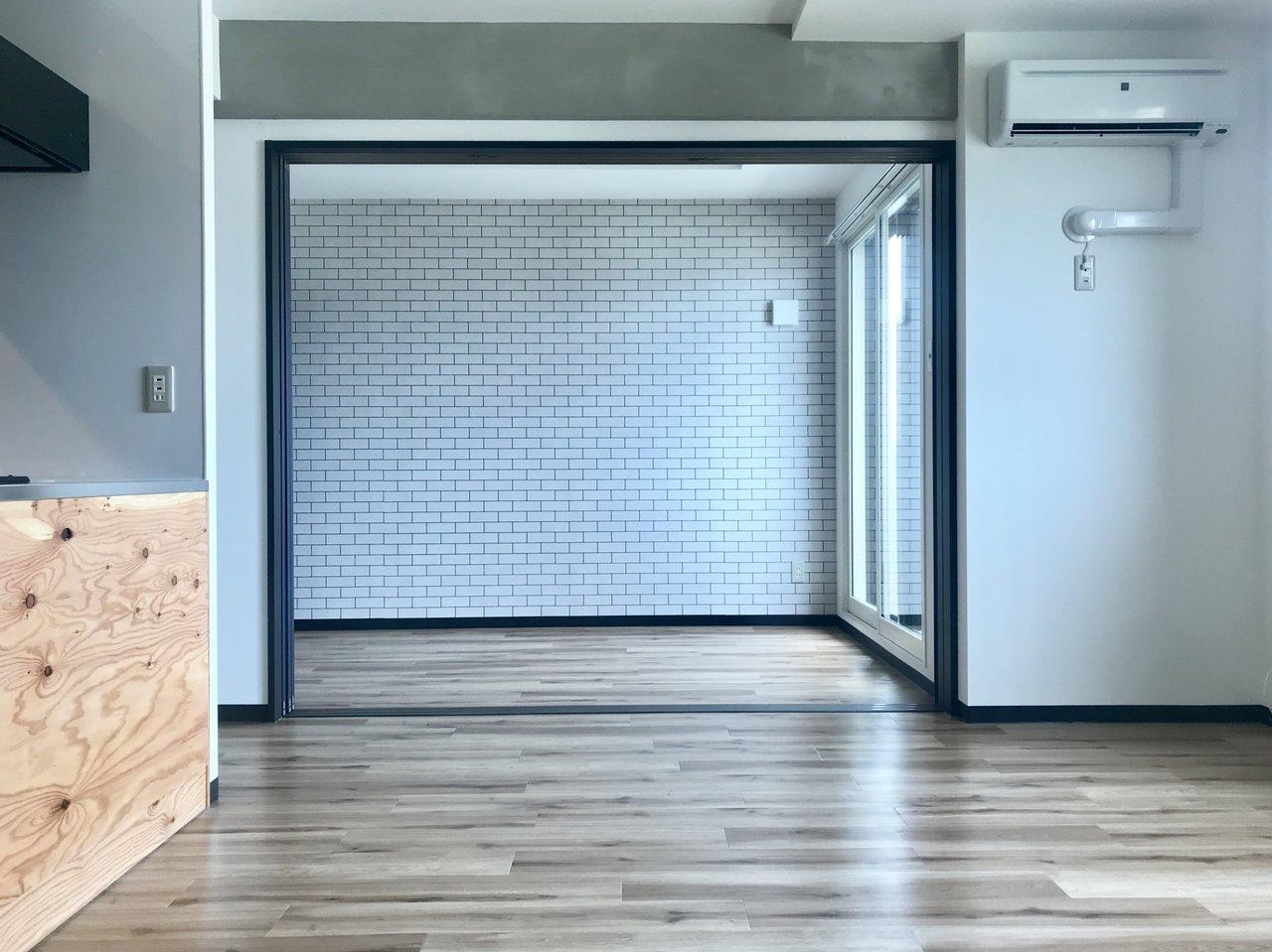 リビングはなんと14.1畳。隣の洋室との扉を開け放しにしておけば、さらに広く感じます。もう隣の部屋まで合わせて広々使っちゃいませんか?