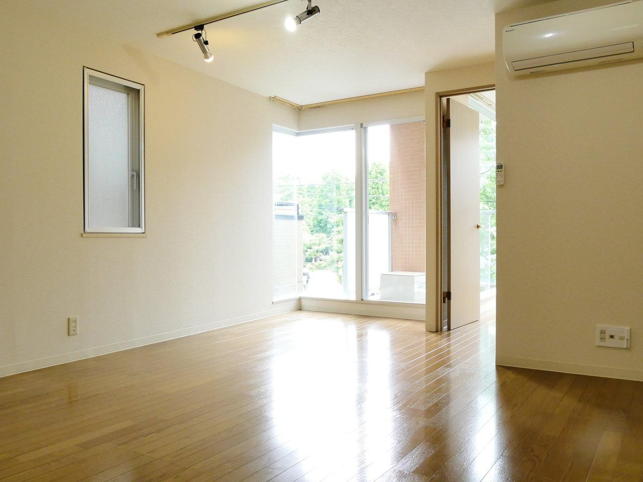 リビングもこんな感じ。同じく南向きの窓から光が入る、明るいお部屋になるでしょう。広さも、11畳と十分ですね。