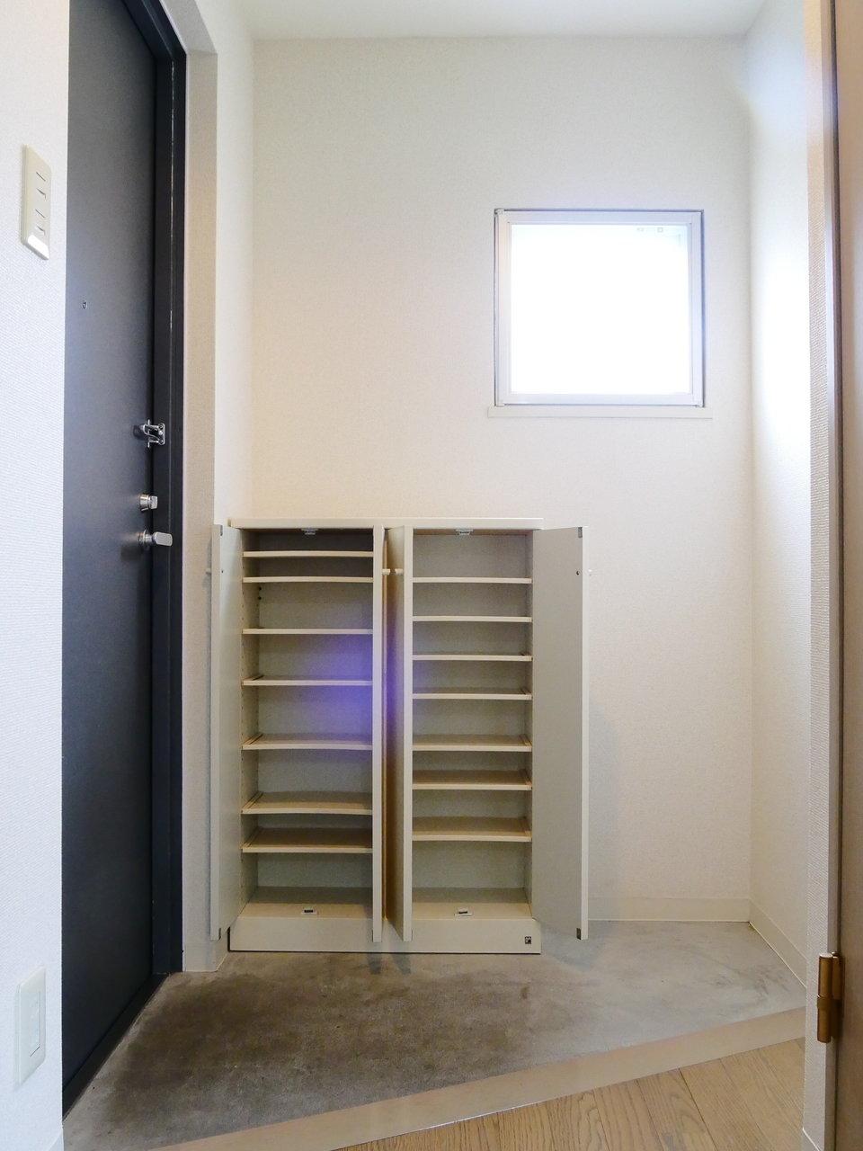 角部屋なので、リビングだけではなく、玄関やトイレなどにも小窓が付いているのも、気持ちが明るくなってうれしいですね。