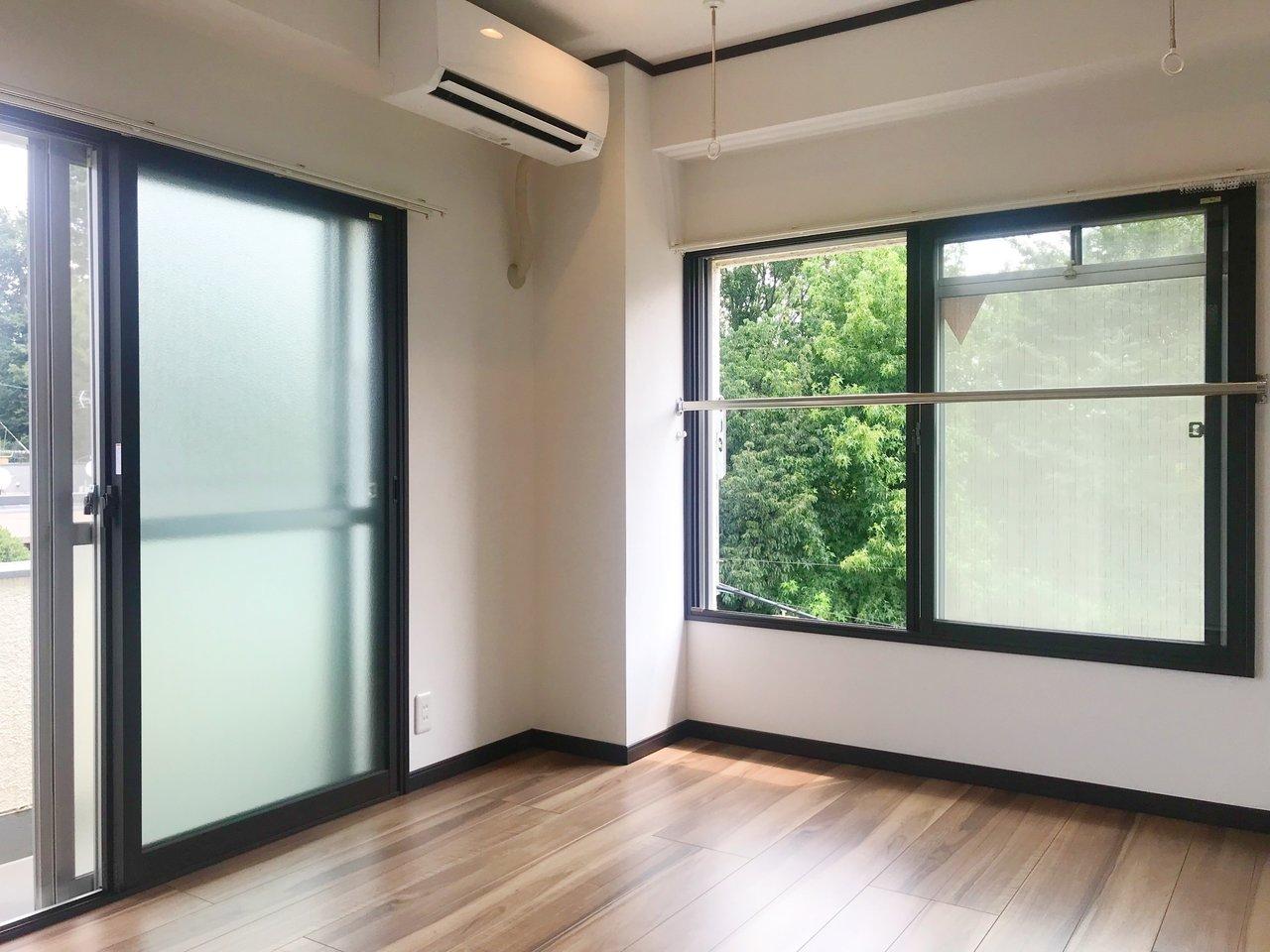 お次はこちら。二面どちらも大きな窓なので、広さが6畳と、少しコンパクトながら、開放的な印象が持てます。
