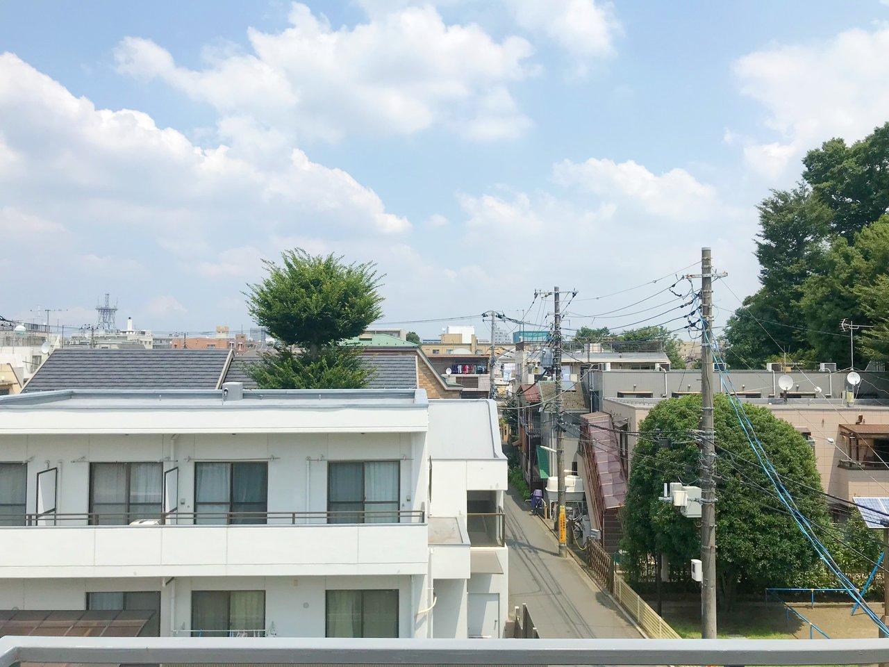 眺望がいいのもうれしい。高い建物もなく、抜けが感じられます。天気のいい日はきっと気持ちいいだろうなぁ……