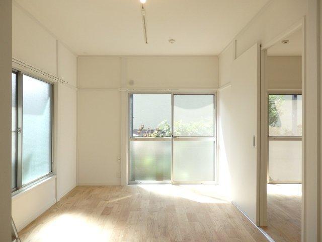 室内にも明るい光が差し込んでいます。床材にはカバザクラを使用。さらさらとした質感、お部屋はふわっと明るくなる色味がいいですね。木目が美しく、女性にも人気の木材なんです。