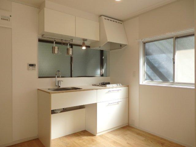 TOMOSのこだわり。キッチンもおしゃれに生まれ変わっています。もちろん、窓もありますよ。