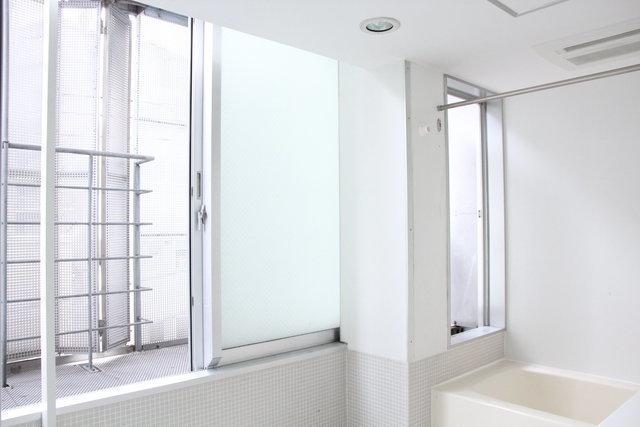 さらに、お風呂にも壁一面大きな窓が。お風呂に開放感を求めるのって、なかなか難しい気もしますが、ここは違います。湿気もたまりづらそうで、機能的にもいいです。
