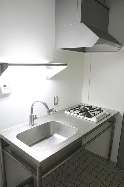 キッチンもステンレスでスッキリタイプ。でもちゃんと作業スペースもあるし、コンロも二口ありますよ。