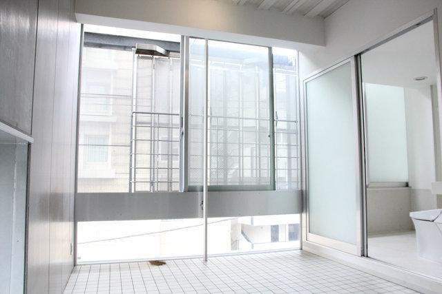 さあ、最後はおしゃれなデザイナーズマンション。天井が高く、スタイリッシュでかっこいいイメージのお部屋です。そしてこの少し変わった縦長の窓。なかなか他ではみない窓の形です。