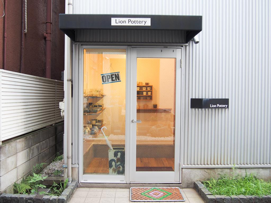 どちらかというと、学芸大学寄りの場所にある、通りから1本入った場所にある、小さなお店です。