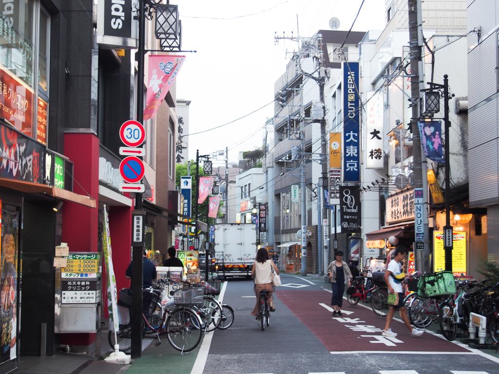 商店街は、チェーン店から個人店まで、お店が充実しています。気取っていない感じが、いい感じ。