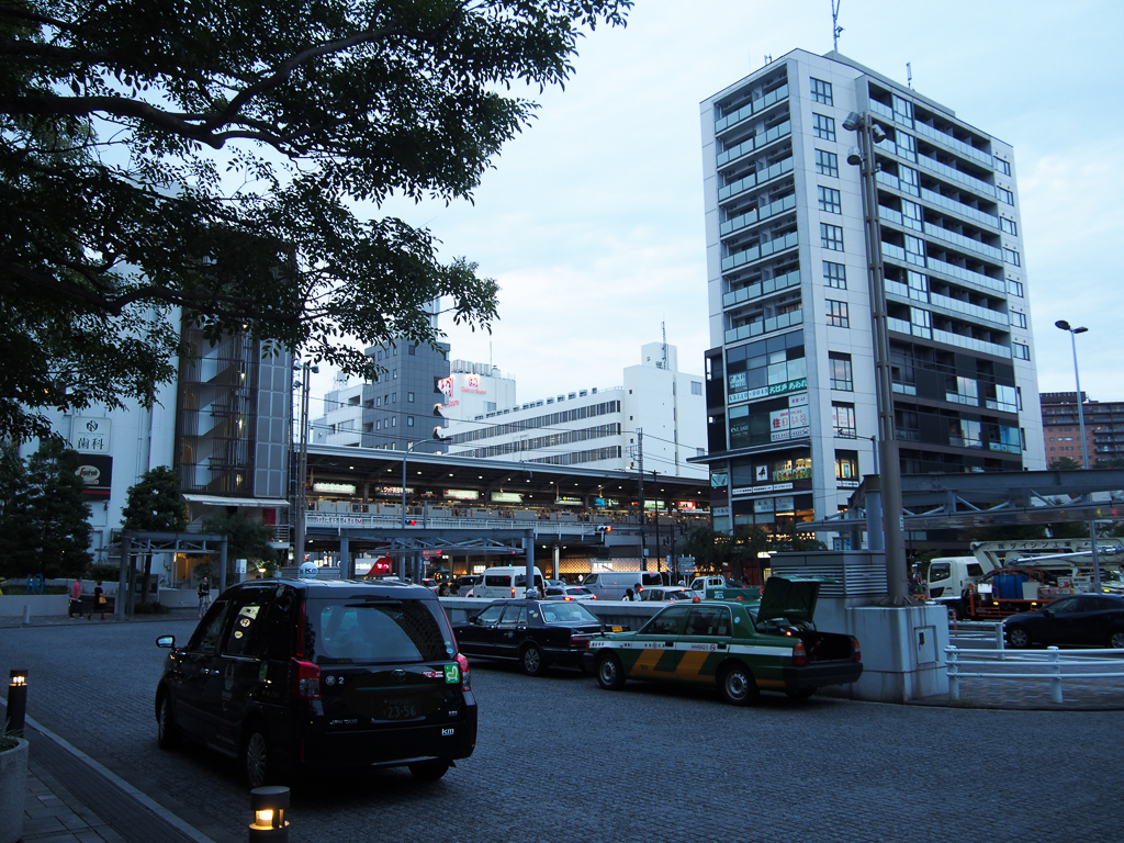中目黒駅前は、夜でも人がたくさんいました。