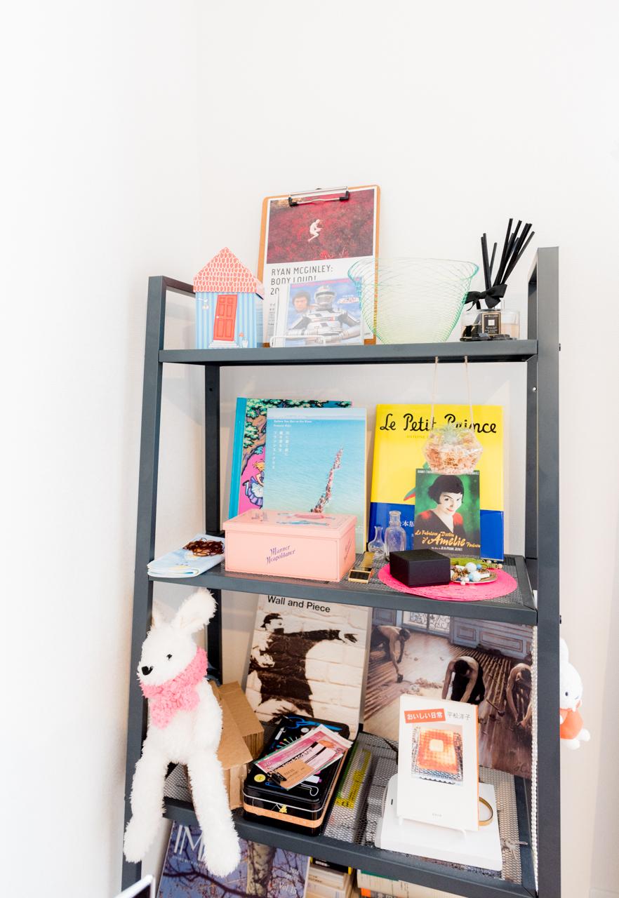 思い本をしまう棚は、丈夫さも大事なポイント。IKEAのオープンシェルフ「LERBERG レールベリ」はスチール製で重いものを乗せても安心感があります。また、上にいくほど幅が狭くなるデザインで圧迫感がないのも良いところ。