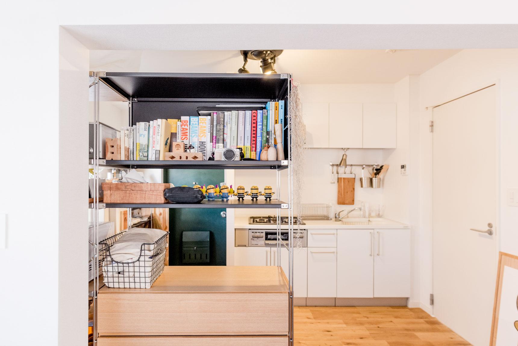 無印良品の「スチールユニットシェルフ」、これもいろんな組み合わせで自分オリジナルの棚が作れる商品です。こちらのお部屋ではキッチンとベッドルームの間仕切りとして活用。