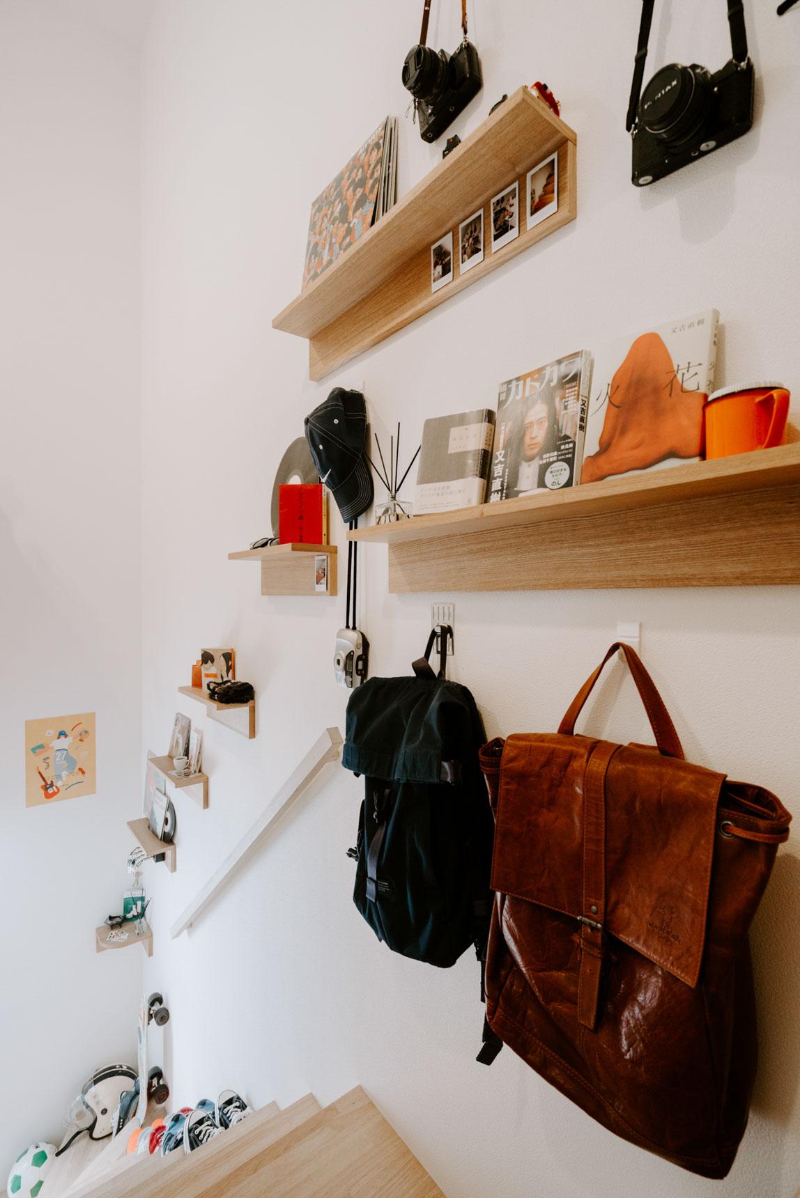 自分にとって大切な本の置き場はこんな風に賃貸でも壁につけられる棚につくってもいいかも。寝る前に読む本の「ちょっと置き」にも良さそうですね