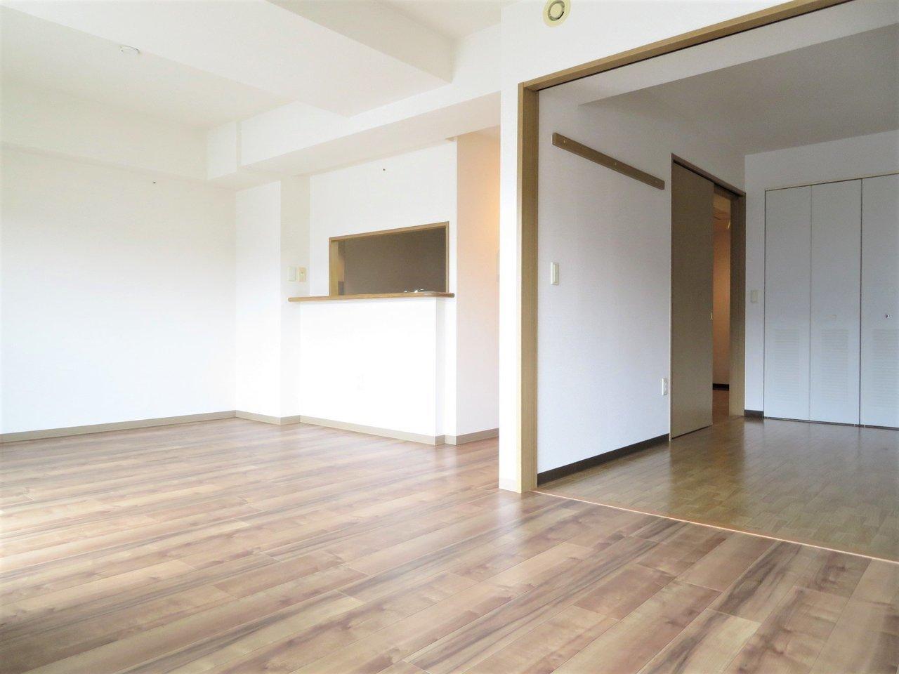 こちらは2LDKの間取りのお部屋。岸和田駅からは徒歩2分。リビングはなんと17畳。 かなり大きなリビングですので、大きな家具家電を置くこともできますよ。