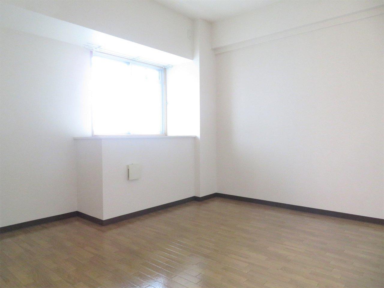 玄関横の洋室は、寝るのにはちょうど良い、少し暗めなのが幸い。ぜひ家族の寝室につかってください。