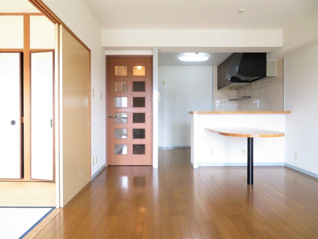 お部屋の間取りは、家族で住むのにぴったりの3LDK。洋室2つに和室が1つ。リビングには大きなカウンターが。ここで食事をすればダイニングテーブルは不要ですね。