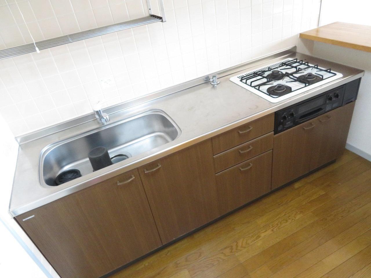 キッチン周りは収納スペースも充実していて、シンクも広々。これまで狭いキッチンに苦戦していた方。ぜひランクアップしてみては?