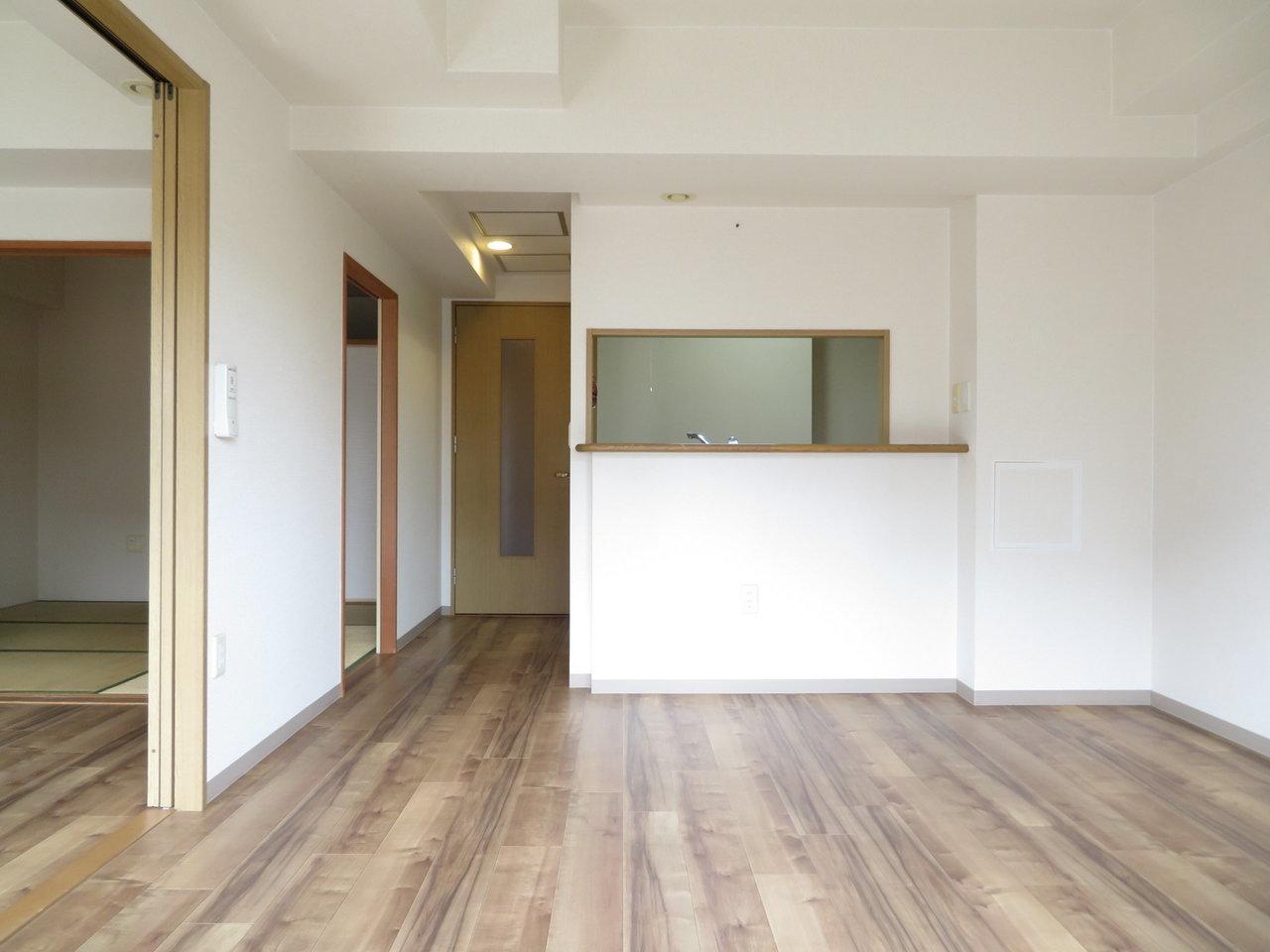 リビングは広々11畳。対面式のキッチン前に、大きなダイニングテーブルを置いて家族で過ごす場所にしましょう。