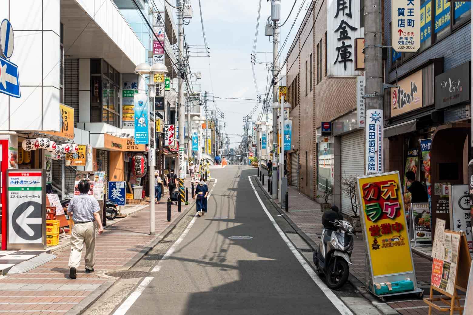 天王町駅へ到着。駅周辺にはスーパーやコンビニ、ドラッグストア、100円ショップなどが揃っていて、普段のお買い物なら十分にまかなえそうでした。飲食店も多く、仕事終わりにちょっと一杯……というときにもお店選びに困りそうにありません。