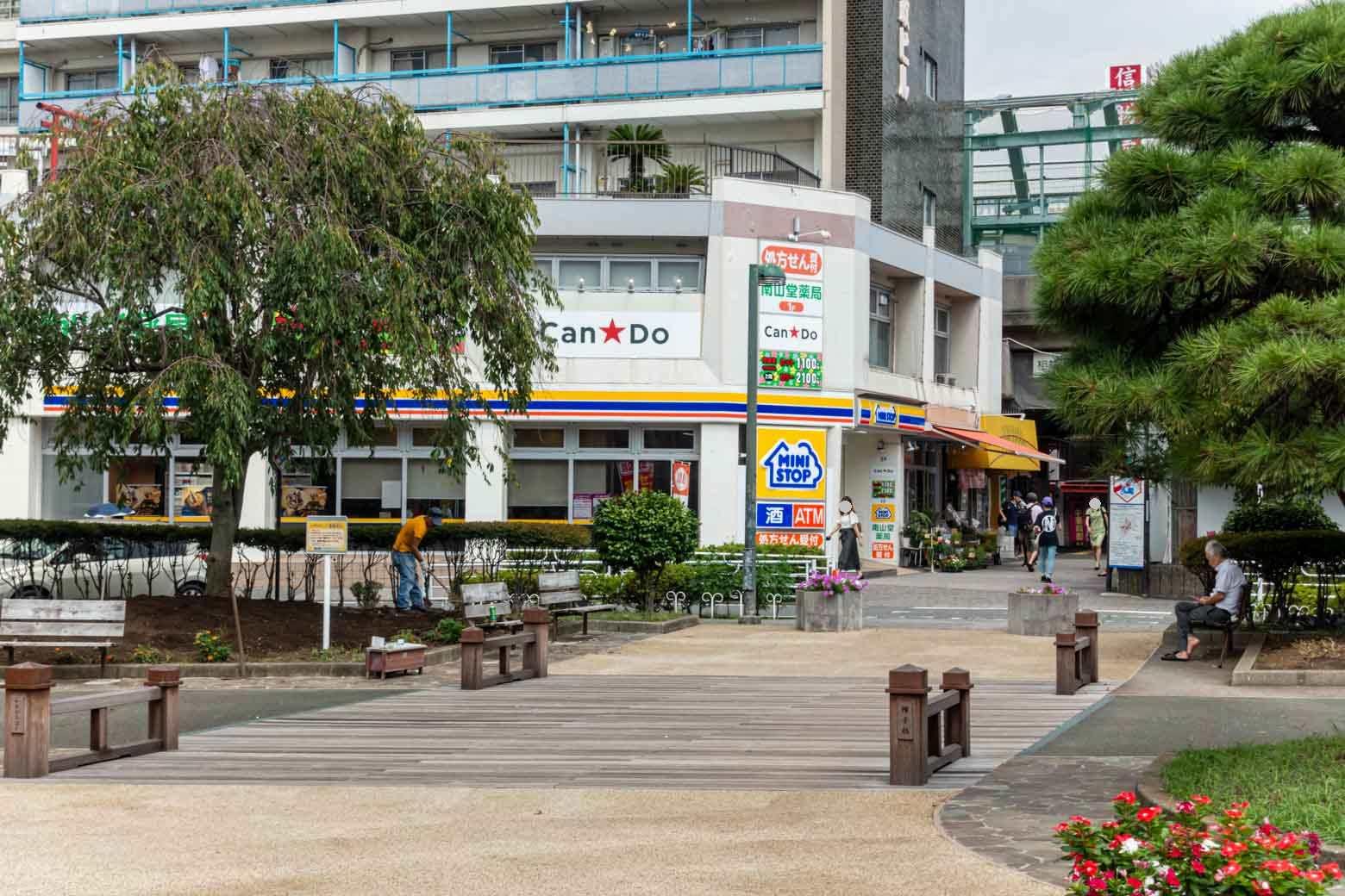 市民の憩いの場となっている駅前広場。旧東海道に掛かっていた〈帷子橋〉がモニュメントとして設置されていて、広場のシンボルとなっています。
