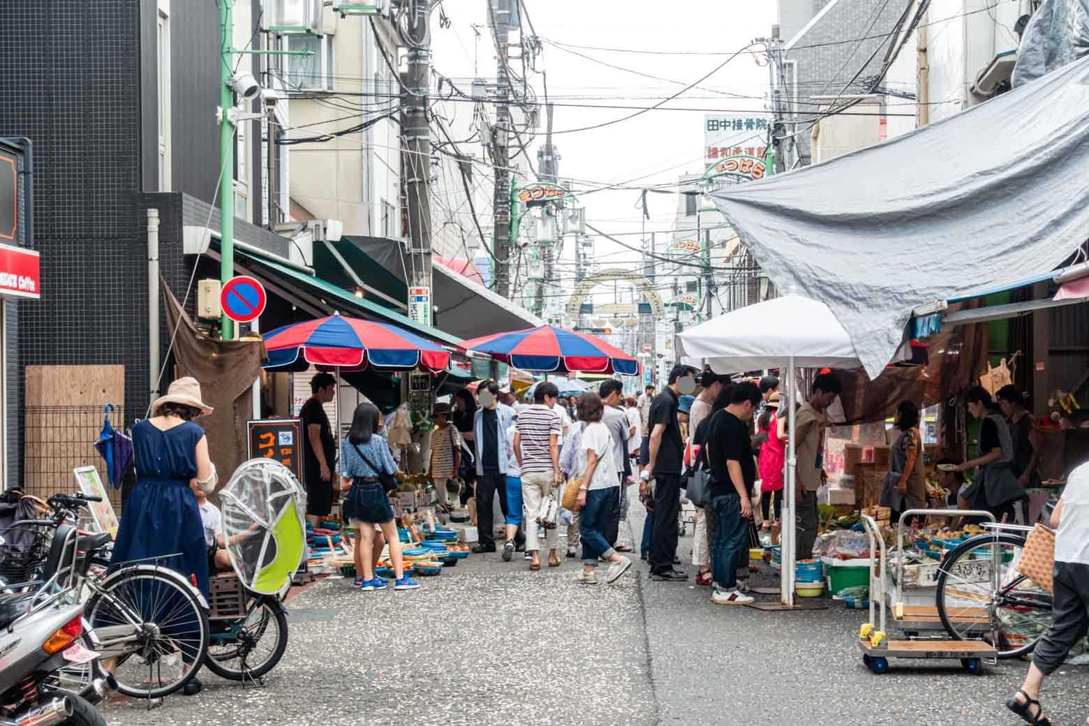 駅から少し離れているうえ、近くに大型商業施設もあり、さらにすぐに横浜へアクセスできる立地。……条件だけ見るとかなり厳しいはずですが、ビックリするほど繁盛しています。年末にもなると、一日に数万人以上の人手になるそうですよ。