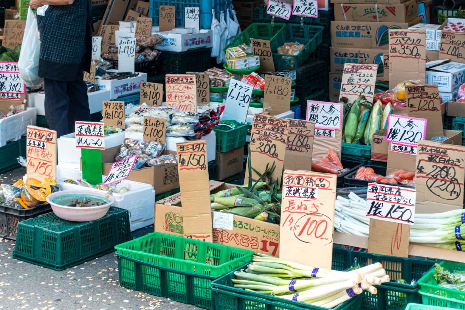 特に青果が安い! お得な野菜や果物を求めてエリア外からも買い物客が訪れます。