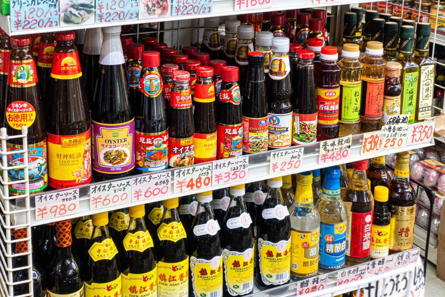 中国食材の専門店もあり、マニアックな調味料やスパイスなどを安価で入手できます。