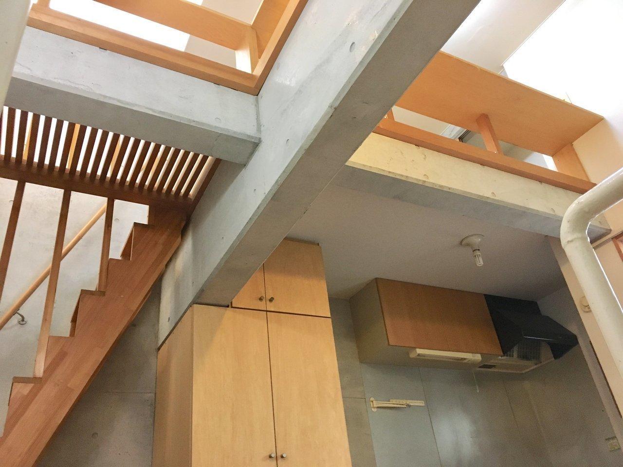 階段を上がるとキッチンがあり、さらにロフトへと続きます。