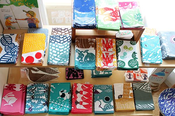 店内には色鮮やかな布小物が並んでいます。