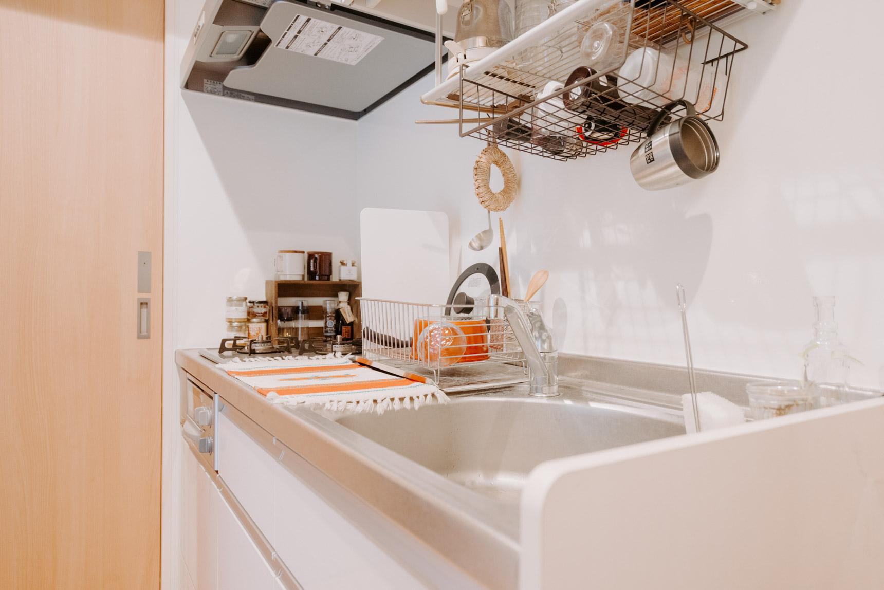 引っ掛けられる棚や、木箱を置いて、使いやすく整頓されたキッチン。