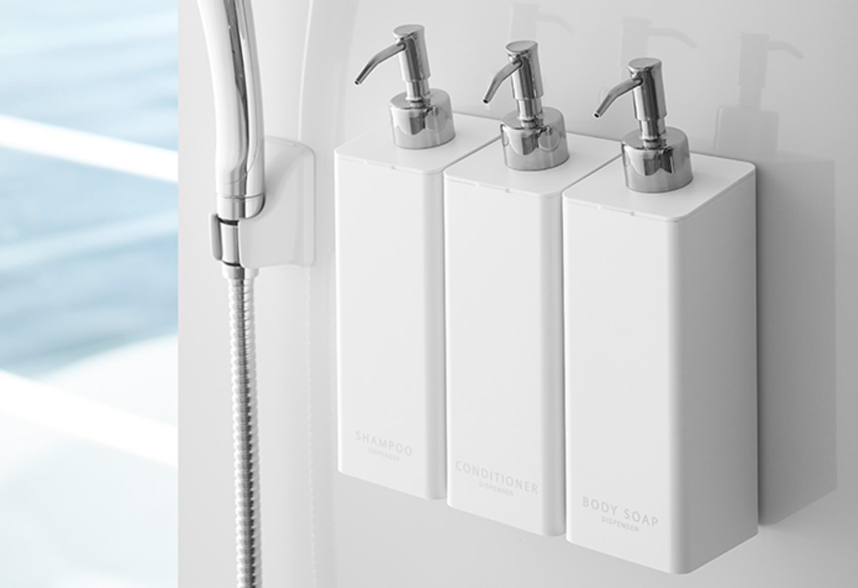 水垢・ぬめりとはさようなら。浴室の壁面に浮かせて付ける、山崎実業の「マグネットツーウェイディスペンサー」