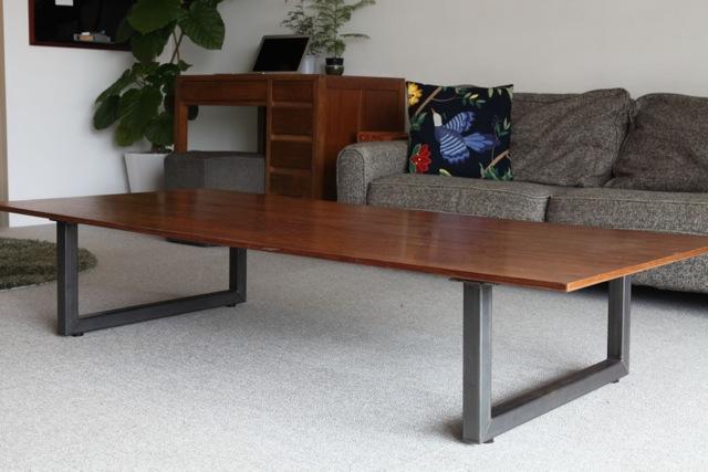 ダイニングテーブルの天板に、ロースタイルの脚をつけて床座でも使えるようにしたりもできます。