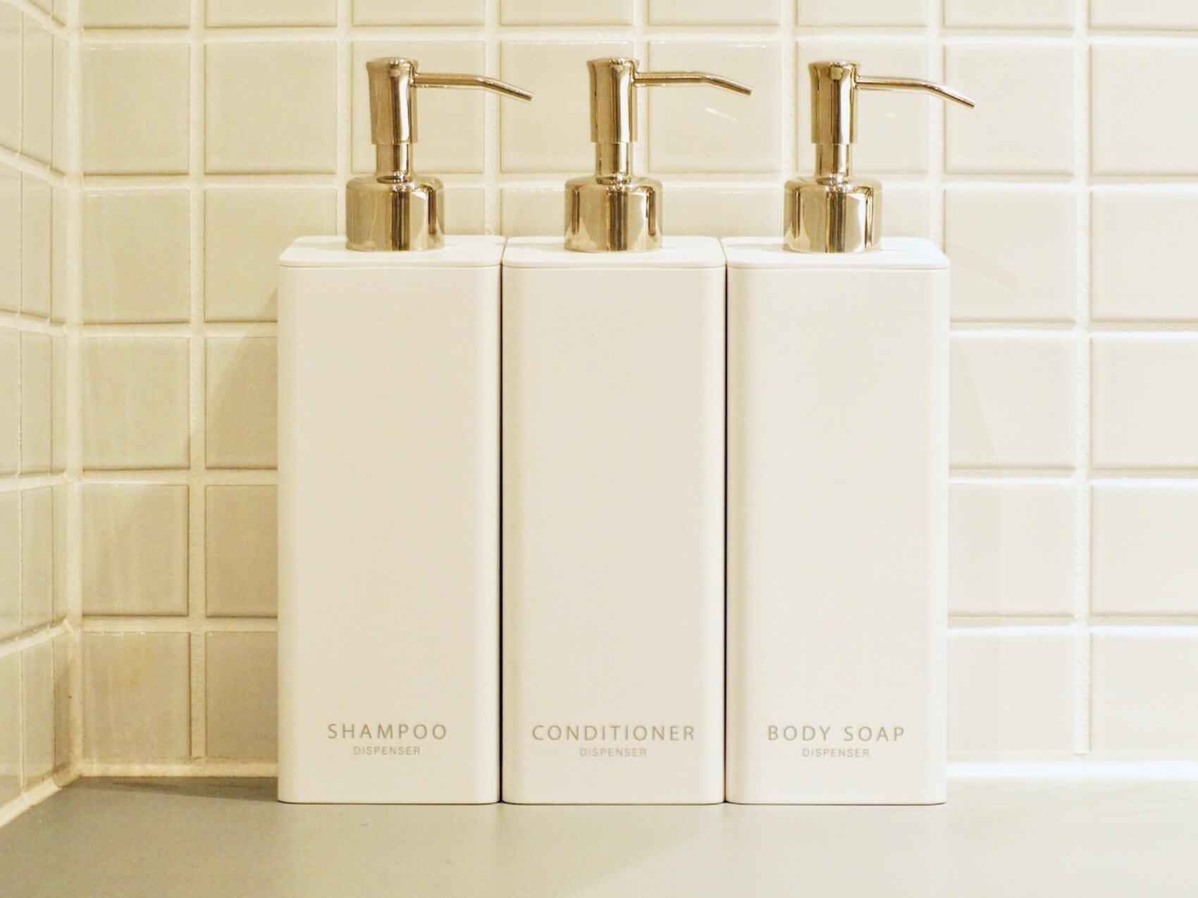 シャンプー用/コンディショナー用/ボディーソープ用の3種類展開。400ml以内の詰め替え用パックもしっかり入る容量ですが、3本並べても横幅21cmと、浴室をすっきり保ってくれます。
