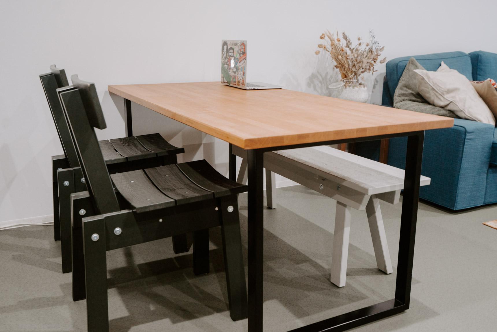 天板はIKEAで購入し、好みの脚をつけたオリジナルのテーブル。椅子は憧れていたデザイナー、ピート・ヘイン・イークとIKEAのコラボアイテム。