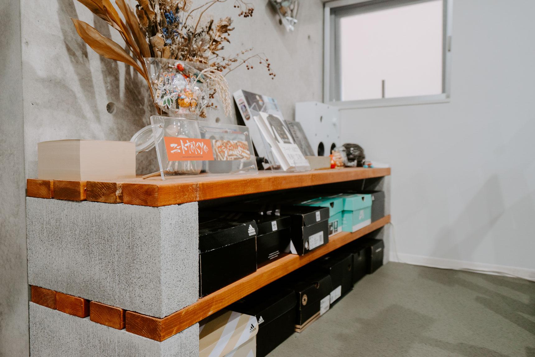 こちらのスニーカーコレクションが収まる棚もDIY。ブロックに色を塗った板を渡しただけの簡単施工。